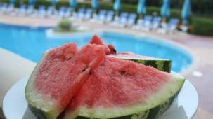 Macadamia-Melissen-Pesto zur gegrillten Wassermelone
