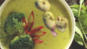Brokkolisuppe mit Schinkentortellini